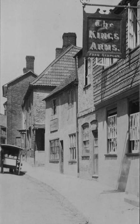 The Kings Arms, Market Lavington - an early 20th century photo