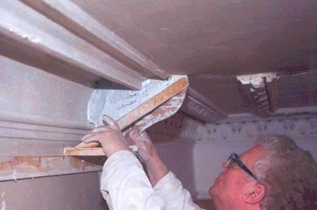 This photo of a mould in use comes from www.cornice.co.uk