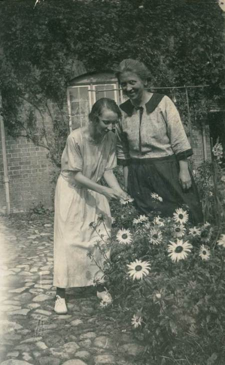 Helena May Potter with her mother Mary Ann Potter (née Pike)