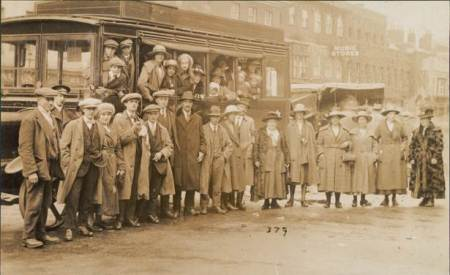 1920s photo of a Lavington and Devizes bus - concentrating on the passengers